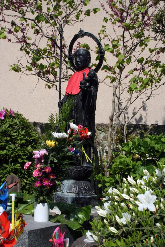 花いっぱいの水子地蔵さん